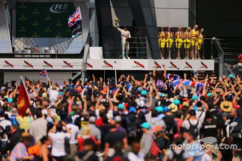 Il vincitore Lewis Hamilton, Mercedes AMG F1 festeggia sul podiol