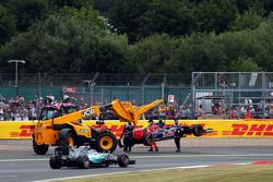 Lewis Hamilton, Mercedes AMG F1 W06 passeert de Scuderia Toro Rosso STR10 van Carlos Sainz Jr., Scuderia Toro Rosso