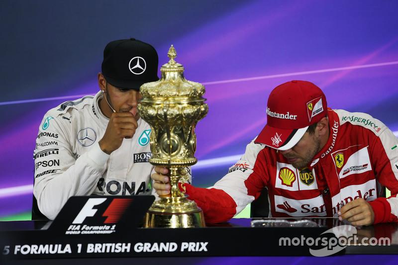 Lewis Hamilton, Mercedes AMG F1, mit Sebastian Vettel, Ferrari, in der FIA-Pressekonferenz