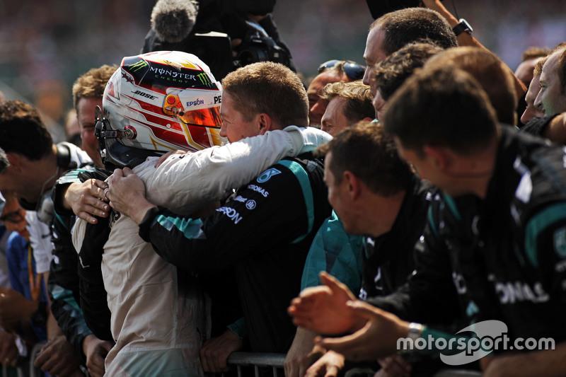 Pemenang balapan, Lewis Hamilton, Mercedes AMG F1 merayakan bersama tim di parc ferme