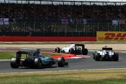 Felipe Massa, Williams FW37 prende il comando della gara da Valtteri Bottas, Williams FW37 e Lewis Hamilton, Mercedes AMG F1 W06