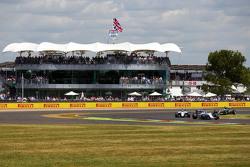 Felipe Massa, Williams FW37 davanti a Valtteri Bottas, Williams FW37 e Lewis Hamilton, Mercedes AMG F1 W06