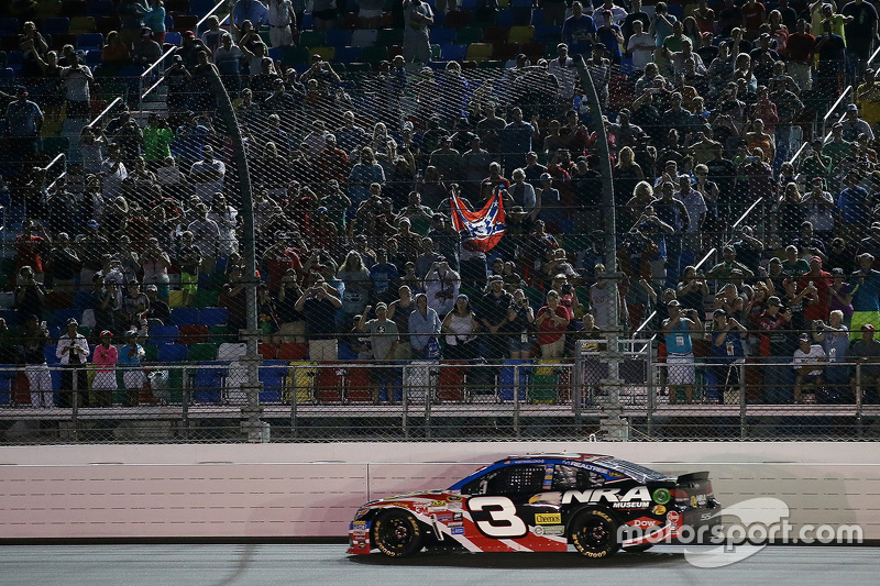 Austin Dillon, Richard Childress Racing Chevrolet dan bendera konfederasi di tribun