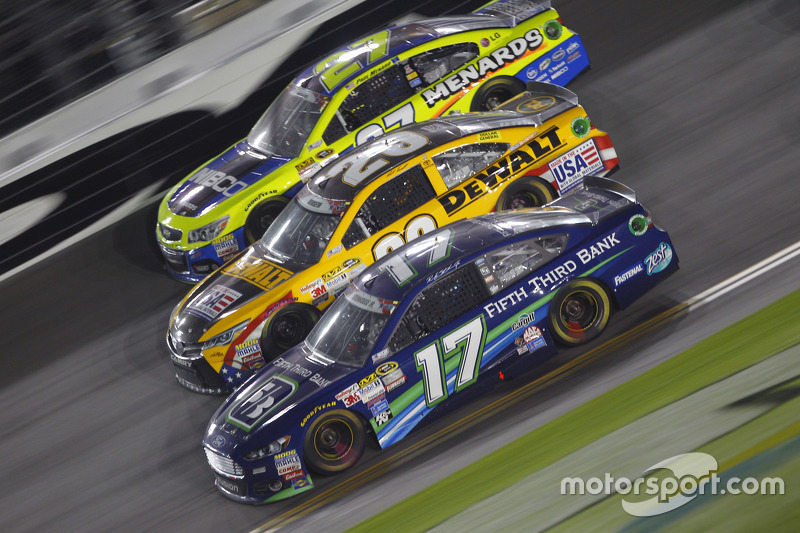 Paul Menard, Richard Childress Racing Chevrolet, Matt Kenseth, Joe Gibbs Racing Toyota, dan Ricky Stenhouse Jr., Roush Fenway Racing Ford