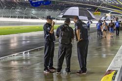 Ekip üyeleri yağmur altında