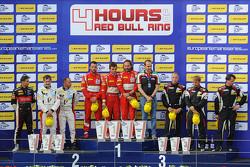 Подиум GTC: победители Томас Флор, Стюарт Холл, Франческо Кастеллаччи, второе место Эрик Дермон, Франк Перера, Дино Лунарди