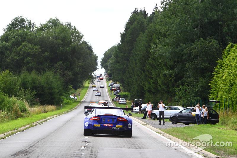Mobil-mobil menuju ke Spa