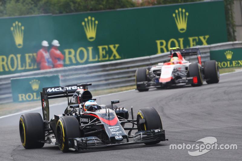 Fernando Alonso, McLaren MP4-30 locks up under braking