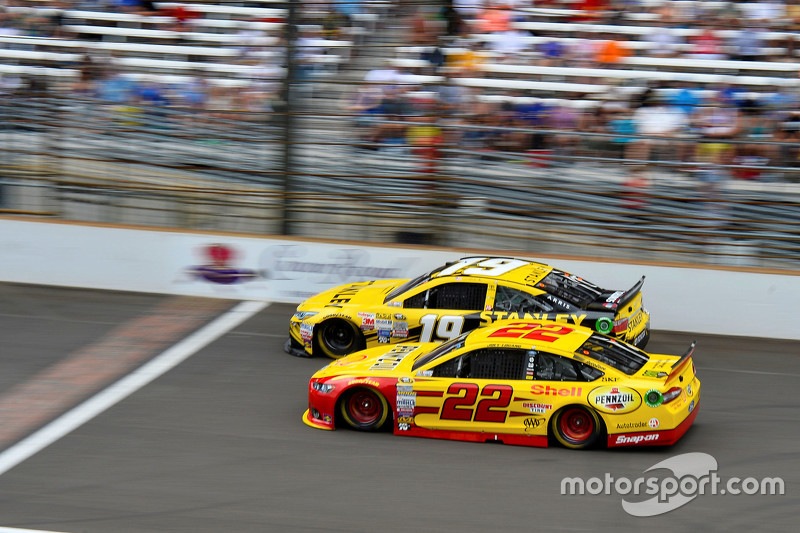 Joey Logano, Team Penske Ford and Carl Edwards, Joe Gibbs Racing Toyota