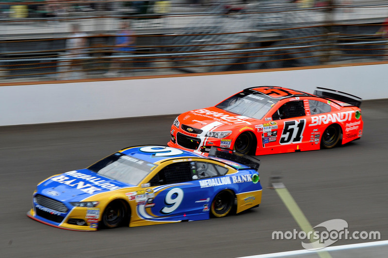 Sam Hornish Jr., Richard Petty Motorsports Ford, dan Justin Allgaier, HScott Motorsports Chevrolet