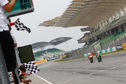 Jonathan Rea, Kawasaki; vor Chaz Davies, Ducati Team