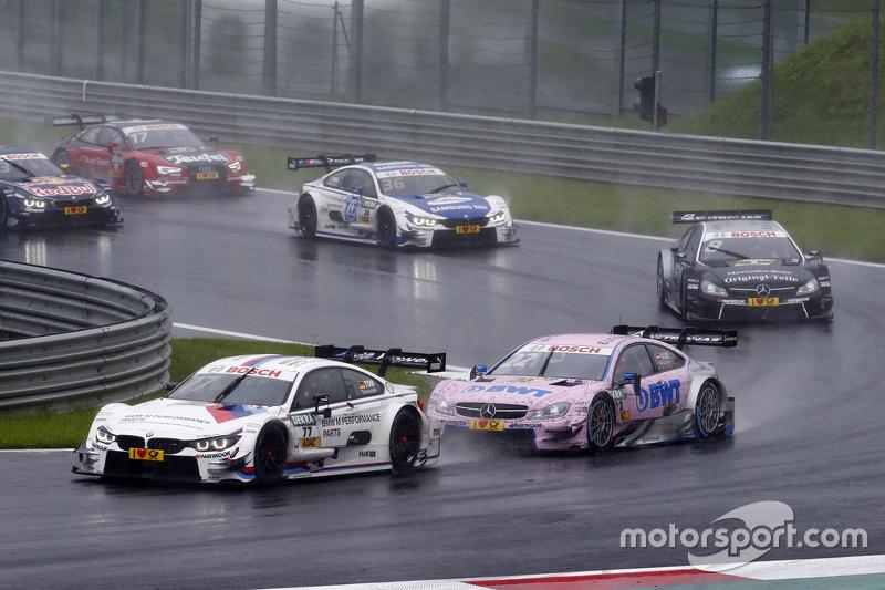 Martin Tomczyk, BMW Team Schnitzer BMW M4 DTM memimpin Lucas Auer, ART Grand Prix Mercedes-AMG C63 DTM