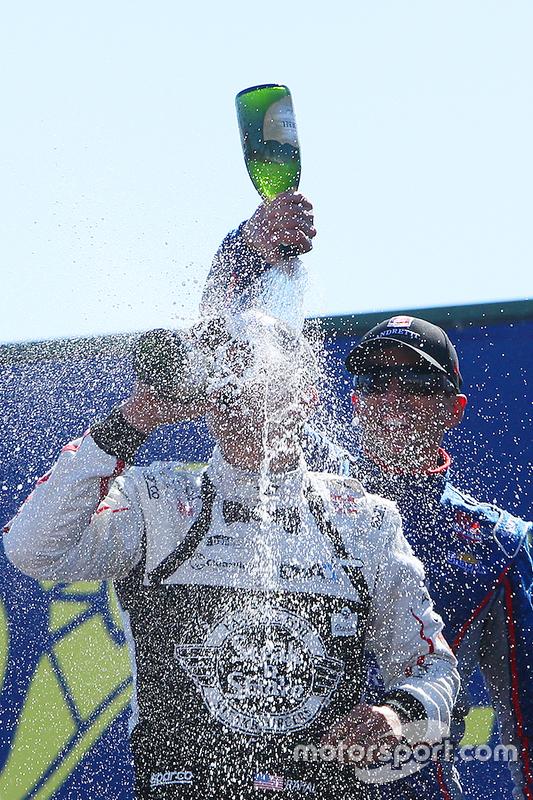 Podium: race winnaar Graham Rahal, Rahal Letterman Lanigan Racing Honda, tweede Justin Wilson, Andretti Autosport Honda