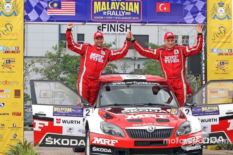 Pemenang balapan: Pontus Tidemand: dan Emil Axelsson: Skoda Fabia S2000: Team MRF bersuka-cita atas kemenangan mereka di Reli Malaysia