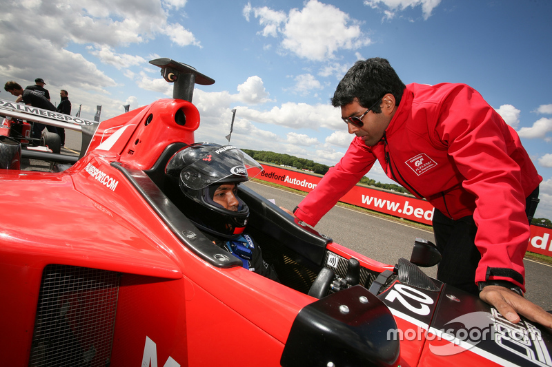 Karun Chandhok giving advice
