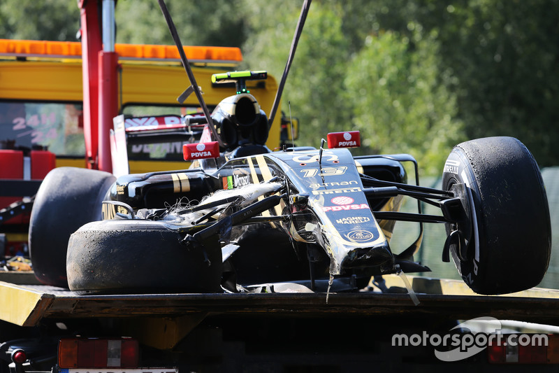 damaged Lotus F1 E23 of Pastor Maldonado, Lotus F1 Team, who crashed di first practice session