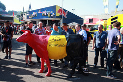 Belgian farmers protest with a cow for a fair price for their milk.  - www.xpbimages.com, EMail: requests@xpbimages.com - copy of publication required for printed pictures. Every used picture is fee-liable. © Copyright: Photo4 / XPB Images