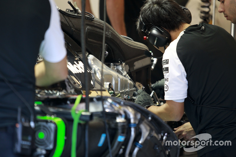 McLaren mechanics work di McLaren MP4-30 of Fernando Alonso,