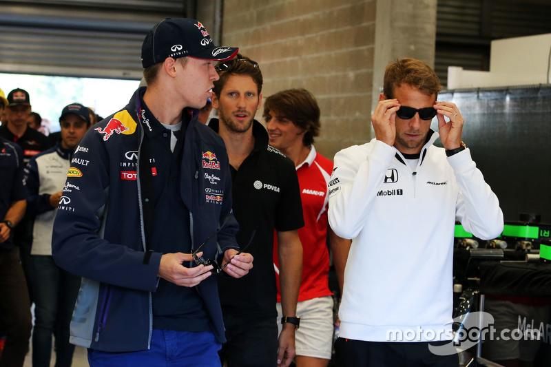 (Kiri ke Kanan): Daniil Kvyat, Red Bull Racing dengan Jenson Button, McLaren