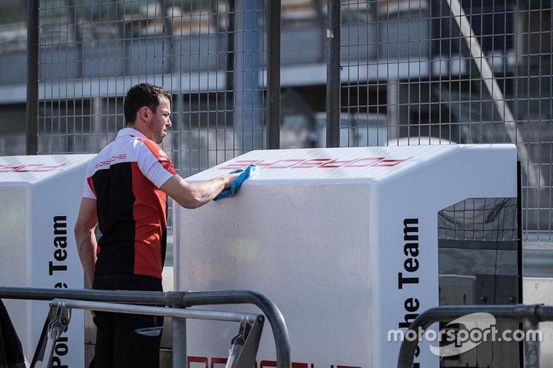 Seorang anggota Tim Porsche
