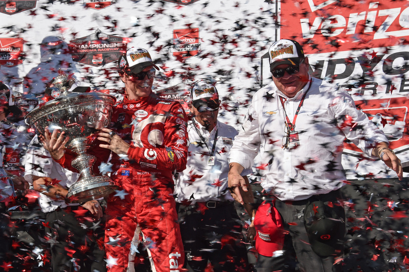 Race winner and series champion Scott Dixon, Chip Ganassi Racing Chevrolet with team owner Chip Ganassi