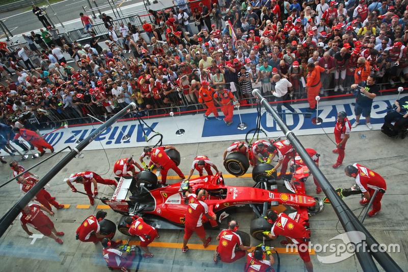 Ferrari beim Boxenstopp-Training