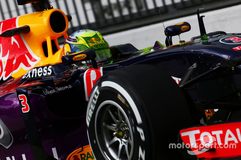 Daniel Ricciardo, Red Bull Racing RB11 with flow-vis paint on his helmet