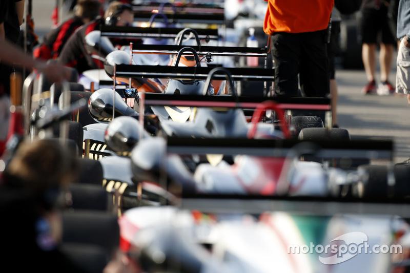 Autos aufgereiht in der Boxengasse