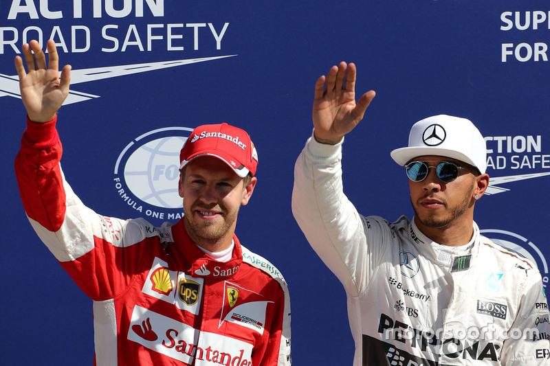 El ganador de la pole, Lewis Hamilton, Mercedes AMG F1 Team y tercer lugar, Sebastian Vettel, Ferrari