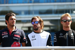 Carlos Sainz Jr., Scuderia Toro Rosso with Fernando Alonso, McLaren and Nico Rosberg, Mercedes AMG F1 on the drivers parade observe a minute's silence for Justin Wilson
