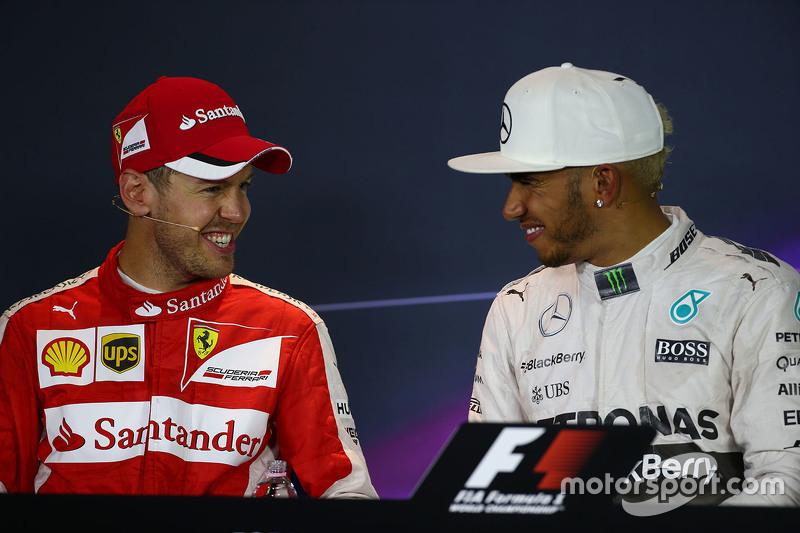 Sebastian Vettel, Ferrari, und Lewis Hamilton, Mercedes AMG F1, in der FIA-PK