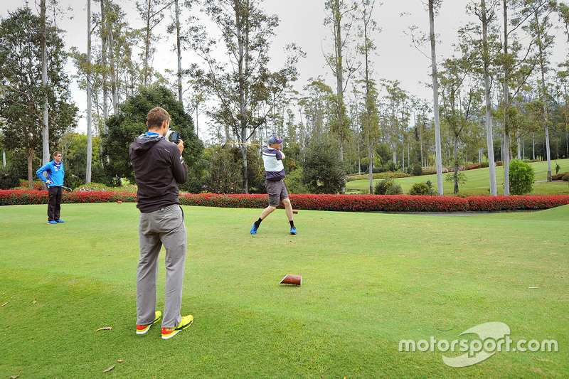 Andreas Mikkelsen, Jari-Matti Latvala and Miikka Anttila, Volkswagen Motorsport, spielen Golf am Bonville Golf Resort, Coffs Harbour