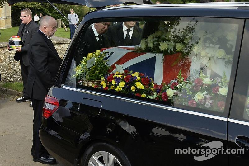 El ataúd de Justin Wilson durante el funeral