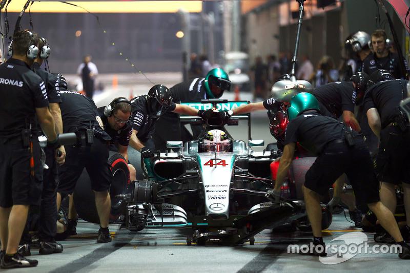 Lewis Hamilton, Mercedes AMG F1 W06 práctica una parada en pits