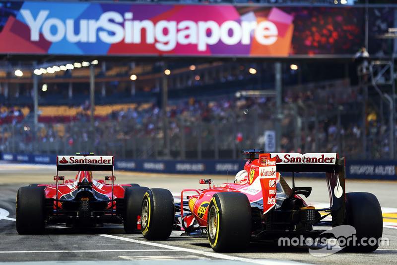 Sebastian Vettel, Ferrari SF15-T, und Kimi Räikkönen, Ferrari SF15-T, am Boxenausgang