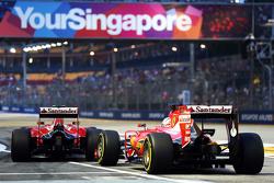 Sebastian Vettel, Ferrari SF15-T e Kimi Raikkonen, Ferrari SF15-T na saída dos pits