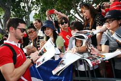 Alexander Rossi, Manor F1 Team, schreibt Autogramme für die Fans