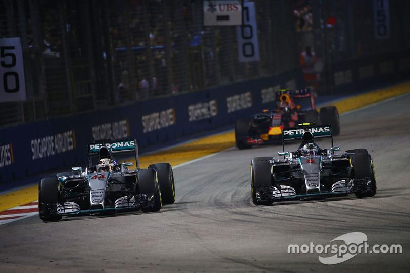 Ніко Росберг, Mercedes AMG F1 W06 проїжджає товариша по команді Льюїс Хемілтон, Mercedes AMG F1 W06