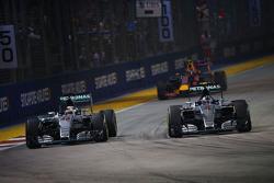 Nico Rosberg, Mercedes AMG F1 W06 passeert ploegmaat Lewis Hamilton