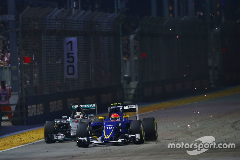 Маркус Ерікссон, Sauber C34 проїжджає Льюїс Хемілтон, Mercedes AMG F1 W06