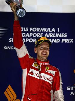 1. Sebastian Vettel, Ferrari, feiert auf dem Podium