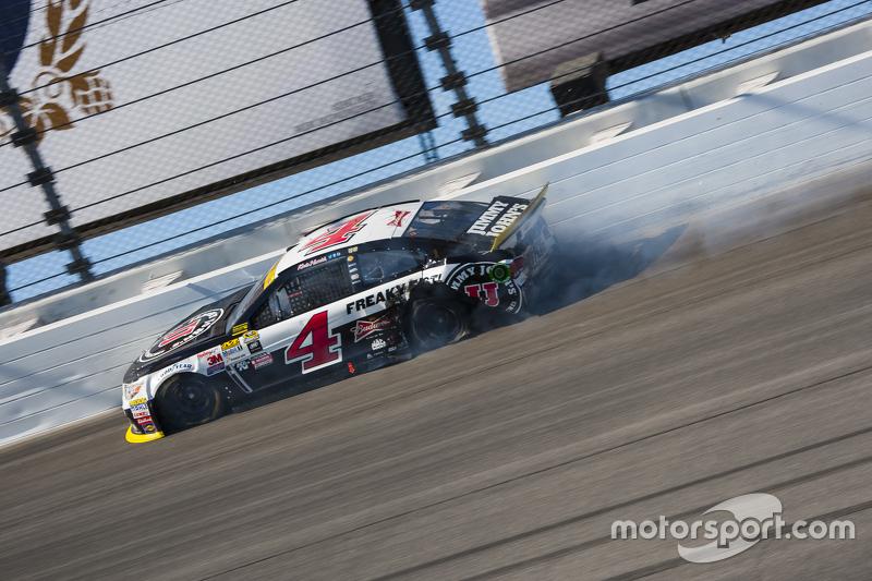 Kevin Harvick, Stewart-Haas Racing Chevrolet, mit Unfall nach Reifenschaden