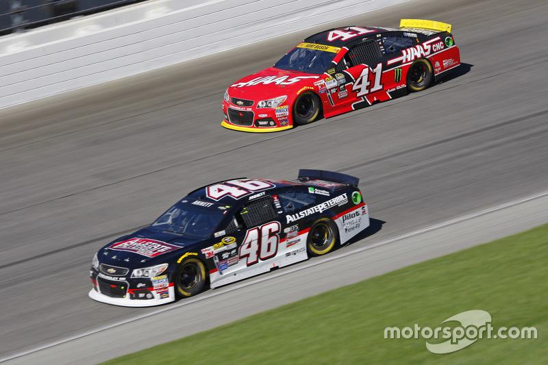 Майкл Аннетт, HScott Motorsports Chevrolet та Курт Буш, Stewart-Haas Racing Chevrolet