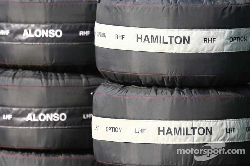 Fernando Alonso, McLaren Mercedes y Lewis Hamilton, McLaren Mercedes calentadores de neumáticos