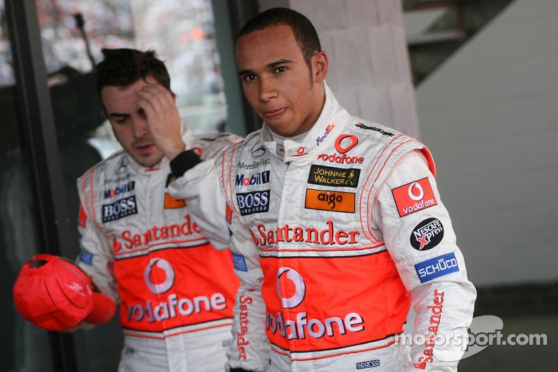 Ganador de la Pole Position Lewis Hamilton, McLaren Mercedes, MP4-22 y el tercer puesto, Fernando Alonso, McLaren Mercedes, MP4-22