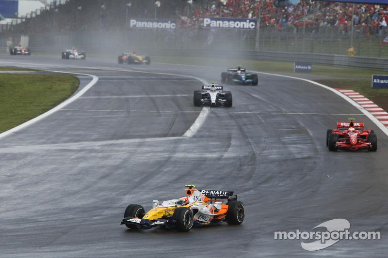 Heikki Kovalainen, Renault F1 Team R27; Kimi Raikkonen, Ferrari F2007