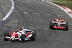 Jarno Trulli, Toyota TF107; Lewis Hamilton, McLaren MP4-22