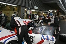 Pitstop for #76 IMSA Performance Matmut Porsche 997 GT3 RSR: Richard Lietz, Patrick Long, Raymond Narac