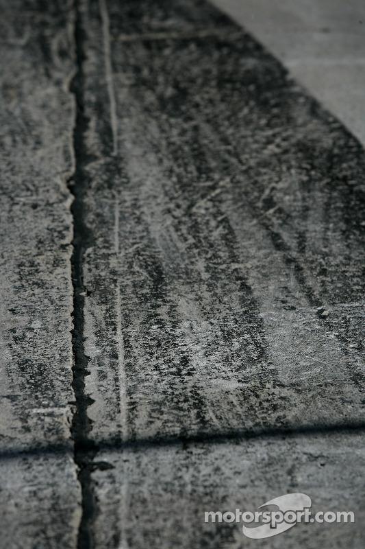 Des traces de pneus dans la voie des stands