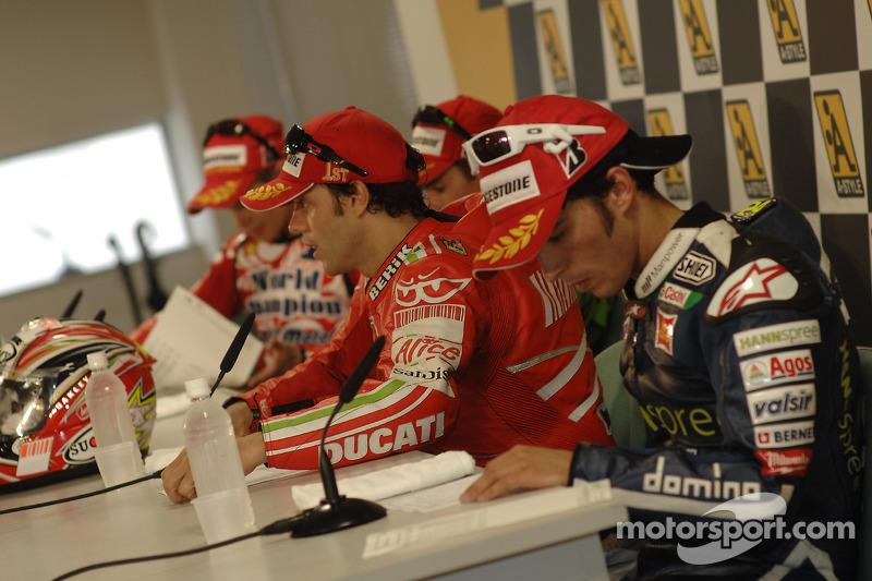 Післягоночна прес-конференція: переможець гонки Лоріс Капіроссі, Ренді де Пюньє, Тоні Еліаш та чемпіон MotoGP Кейсі Стоунер